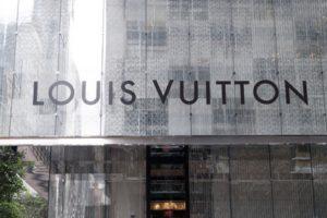 Werbung druch Klebebuchstaben an Schaufenstern